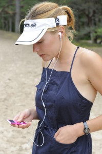 One earphone_walkingmama_listening to the music