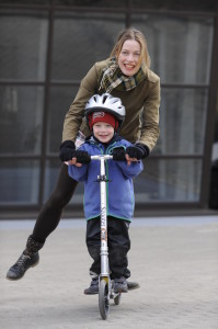 Walkingmama_with_son_on_schooter